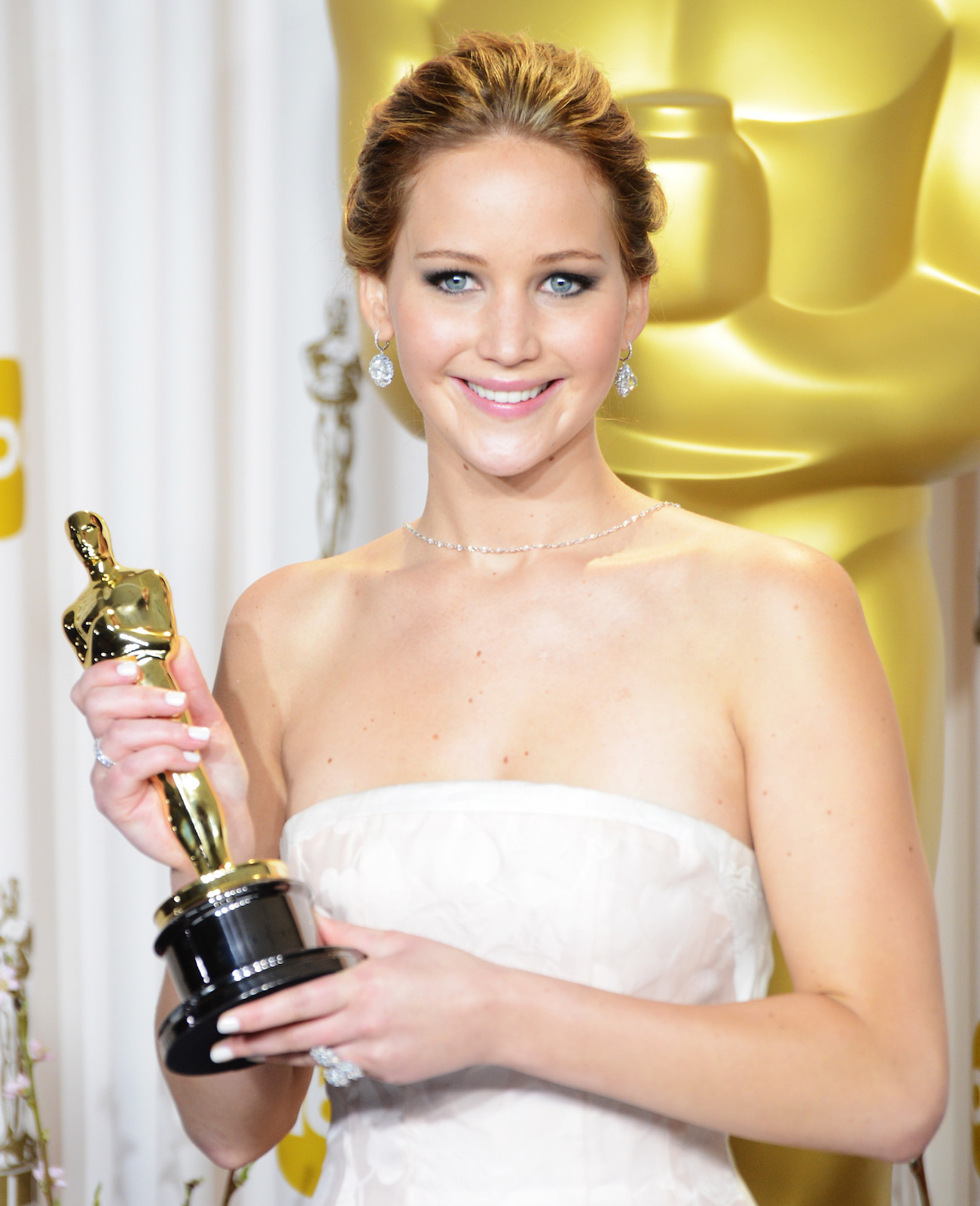 Jennifer Lawrence holding her Academy Award at the 2013 Academy Awards